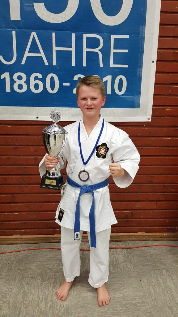 David mit dem Kata-Teampokal - 2. Platz